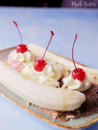 Want to make easy homemade dessert? Try this banana split! Loaded with banana, ice creams, crushed peanuts, and caramel sauce.