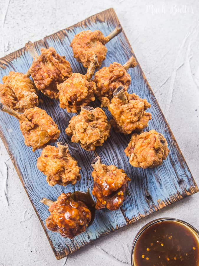 Fried chicken drumlets with spicy BBQ sauce is a very easy and delicious appetizer and side dish. Come take a look at the techniques to make it simple and easy to eat. It is also the perfect food to accompanied when watching a movie, a super bowl, or any sport!