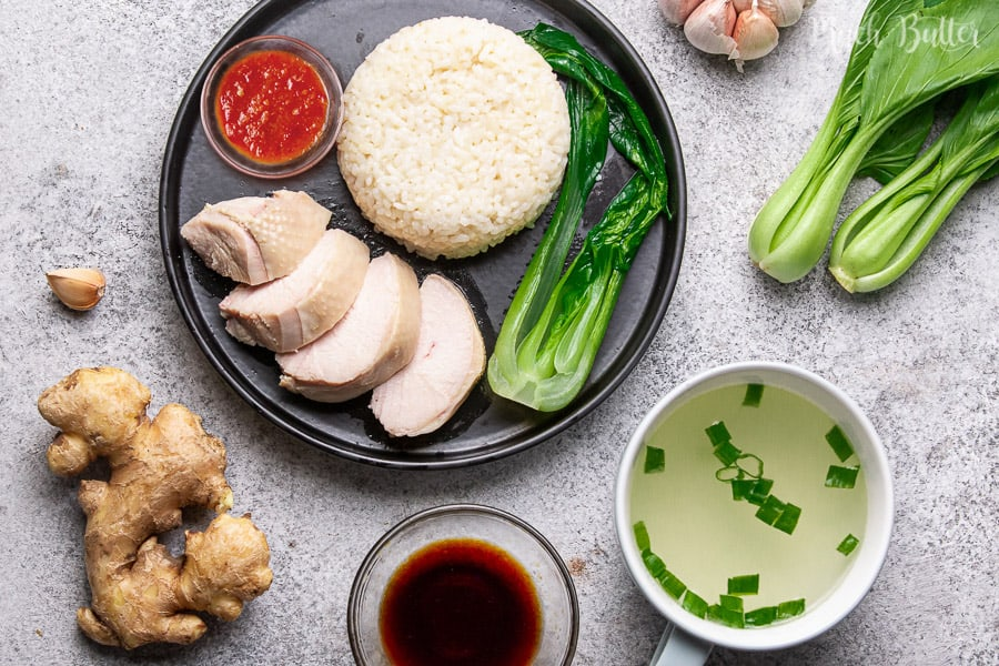 Hainanese chicken rice is a food from China which is the national food of Singapore. It is steamed chicken with warm sauce and added seasoned rice. This light and savory food is perfect when you need to warm up in winter. Warm food that is easy to make to increase stamina.
