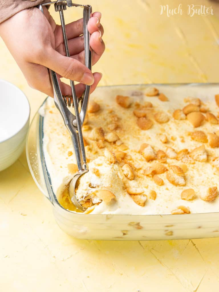 Do you want a delicious no-bake dessert? Try making magnolia bakery banana pudding! It is a favorite American classic dessert for weeknight or potlucks. You can make it easy at home with this shortcut recipe. Adapting from the original recipe, this recipe has layers of creamy pudding, bananas, and egg drops biscuit.