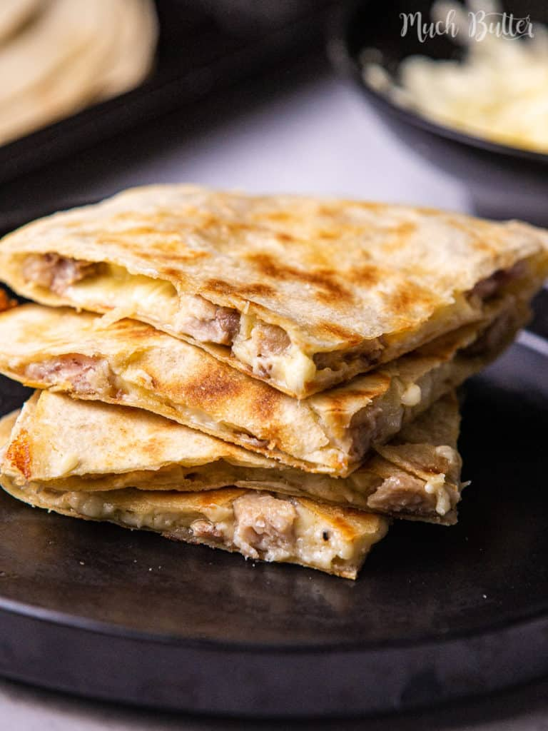 Are you stressing about your dinner plans tonight? Try to make easy, delicious, and creamy cheesy chicken quesadillas! It kicks up a notch with the crispy tortilla, juicy chicken, and creamy bechamel sauce. With simple ingredients, you can make everyone asking for more!