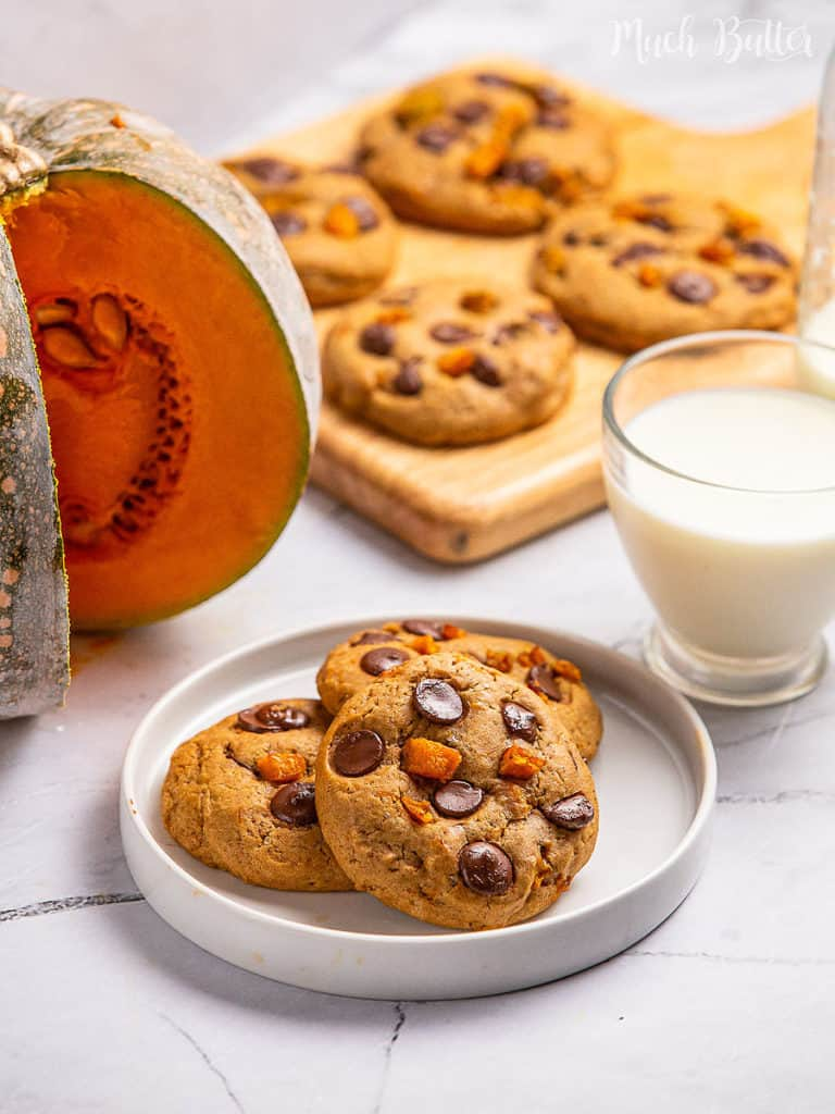 Pumpkin Chocolate chip cookies are a classic and homey-feeling for Halloween treat. It has a smooth, fluffy, chewy yet crisp on the edge😍
